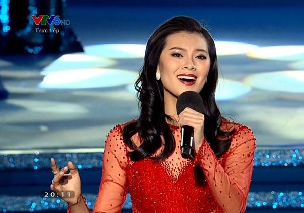 Hoa hậu Thế giới 2012 Vu Văn Hà trình diễn một ca khúc trước khi các giải phụ được công bố. - Tin sao Viet - Tin tuc sao Viet - Scandal sao Viet - Tin tuc cua Sao - Tin cua Sao