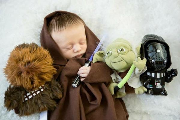 Sức hút của con gái ông chủ Facebook lớn tới mức các bậc cha mẹ lập tức bắt chước Mark hóa trang cho con cái mình thành Jedi. (Ảnh Internet)