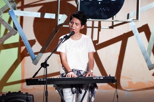 Nữ ca sĩ tiếp tục trổ tài đánh đàn trong lúc trình diễn ca khúc Niềm yêu khác.