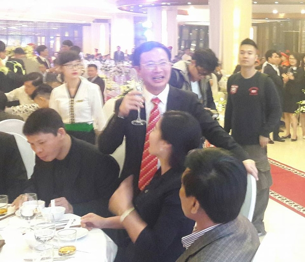 Ông Đỗ Thành Trung (người đeo cà vạt sọc đỏ). (Ảnh: Internet)