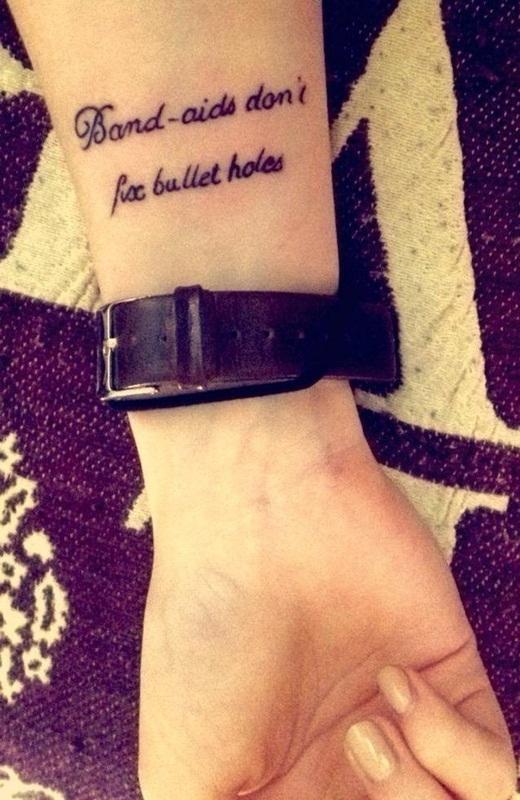 """Câu hát nổi tiếng trong bài Bad Blood của Taylor Swift. """"Band-aids don't fix bullet holes - Băng keo cá nhân làm sao có thể che hết những vết thương đó"""".(Ảnh: Buzzfeed)"""