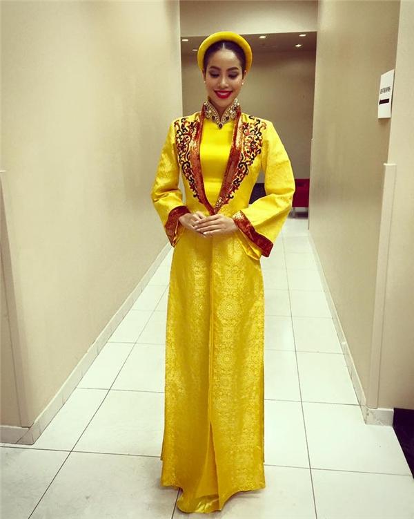 Trong phần thi tài năng, Phạm Hương đã lựa chọn áo dài truyền thống màu vàng bắt mắt để khoác lên mình. Bộ trang phục được cách tân với phần áo dài truyền thống bên trong và áo choàng khoác bên ngoài.
