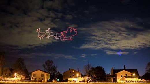 Lạ mắt với clip máy bay vẽ tranh ánh sáng cực độc trên trời đêm