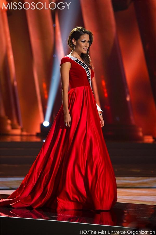 Bộ váy xòe của đại diện đến từ Agrentina giúp cô trông giống như một nàng công chúa ngọt ngào, lộng lẫy. Thiết kế kết hợp hai chất liệu: lụa bóng và nhung dày.