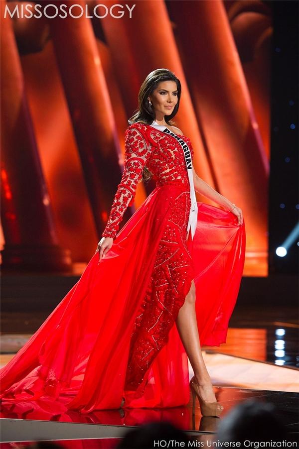 Bộ váy của đại diện Paraguay cũng tạo nên hiệu ứng sân khấu khá bắt mắt, lộng lẫy với sắc đỏ cùng những chi tiết đính kết khá kì công nhằm tăng thêm độ bắt ánh sáng sân khấu.