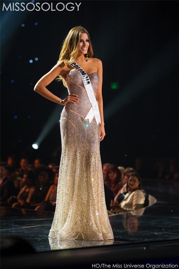 Mặc dù có phom khá đơn giản nhưng bộ váy của người đẹp Colombia lại được đánh giá rất cao bởi những đường cắt sắc nét, tinh tế. Cô gái này cũng là một trong những ứng cử viên sáng giá cho ngôi vị Hoa hậu Hoàn vũ 2015.