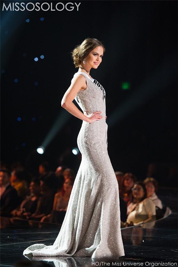 Đại diện Nga với bộ váy đơn giản, cổ điển. Cô gái này được yêu mến bởi vẻ đẹp tựa như búp bê Barbie.