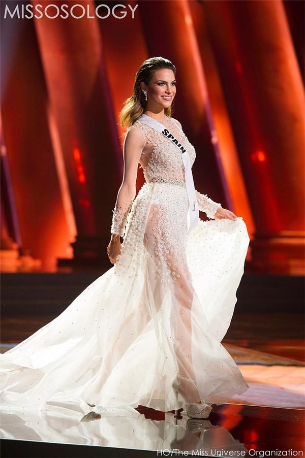 Sử dụng chất liệu nến khá mỏng, bộ váy của đại diện Tây Ban Nha trở nên chừng mực hơn nhờ chi tiết đính kết tinh tế ở phần ngực, một nửa chân váy.
