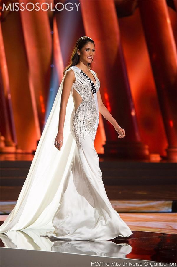 Đại diện Thái Lan với bộ váy trắng tạo hiệu ứng di chuyển khá mượt mà, thu hút trên sân khấu.
