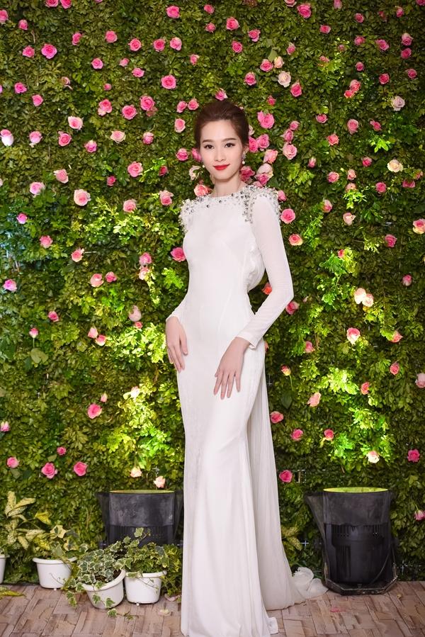 Hoa hậu Đặng Thu Thảo khoe vẻ đẹp mong manh, nhẹ nhàng trong bộ váy trắng có phom suông khi tham dự một đêm tiệc thời trang tại Hà Nội. Kiểu trang điểm nhẹ nhàng góp phần tạo nên vẻ ngoài sang trọng, thanh lịch cho Hoa hậu Việt Nam 2012.