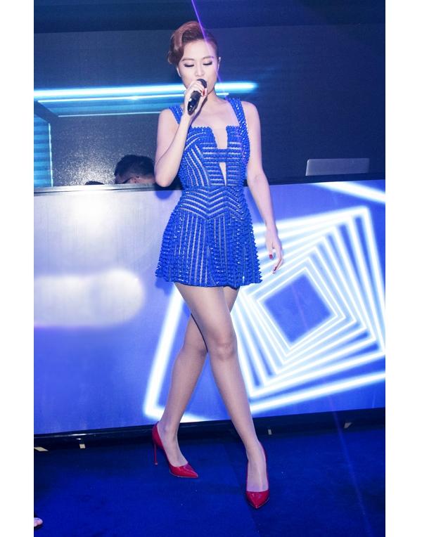Hoàng Thùy Linh vừa điệu đà, vừa gợi cảm trong dáng váy ngắn thực hiện trên nền chất liệu xuyên thấu. Mặc dù kết hợp trang phục cùng giày cao gót có màu đỏ tương phản nhưng nữ ca sĩ vẫn tạo nên một tổng thể khá hài hòa.