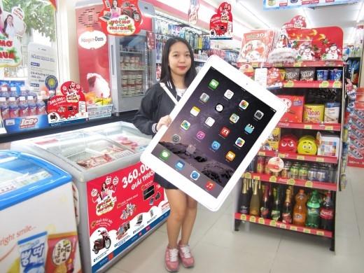 Phương Uyên rạng rỡ nhận quà tặng Ipad Air.