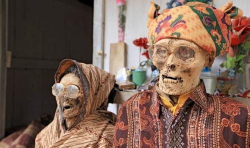 Những xác chết được mặc quần áo mới.