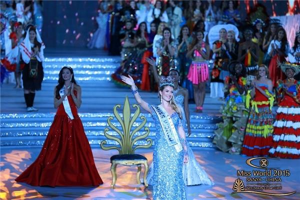 Thời khắc đăng quang của tân Hoa hậu Thế giới 2015. Hai danh hiệu áhậu 1, áhậu 2 lần lượt thuộc về đại diện đến từ Nga và Indonesia.
