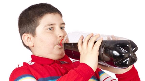 Thực hư việc ăn mì gói, uống nước có ga gây phản ứng chết người?