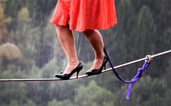 Cô Faith Dickey đến từ Mỹ đã thực hiện màn trình diễn đi trên dây bằng giày cao gót tại một sự kiện ở CH Czech.