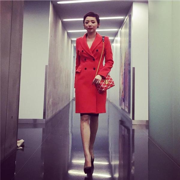 Nữ ca sĩ xuất hiện nổi bật trong những ngày đầu năm trong bộ váy đỏ lấy phom từ áo vest truyền thống. Phụ kiện đi kèm là chiếc túi đeo chéo nhỏ xinh của Louis Vuitton. - Tin sao Viet - Tin tuc sao Viet - Scandal sao Viet - Tin tuc cua Sao - Tin cua Sao