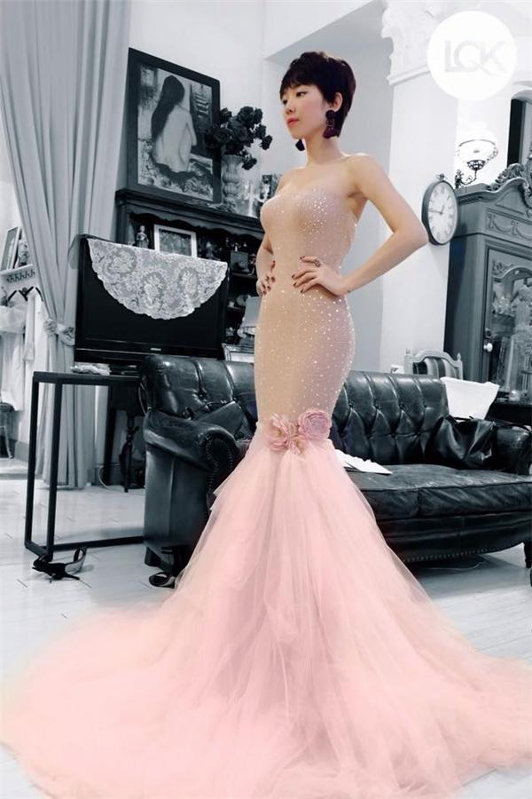 Giọng ca Ngày mai lộng lẫy trên sân khấu khi diện mẫu váy đuôi cá màu hồng nhạt kết hợp lớp voan mỏngbên ngoài. - Tin sao Viet - Tin tuc sao Viet - Scandal sao Viet - Tin tuc cua Sao - Tin cua Sao