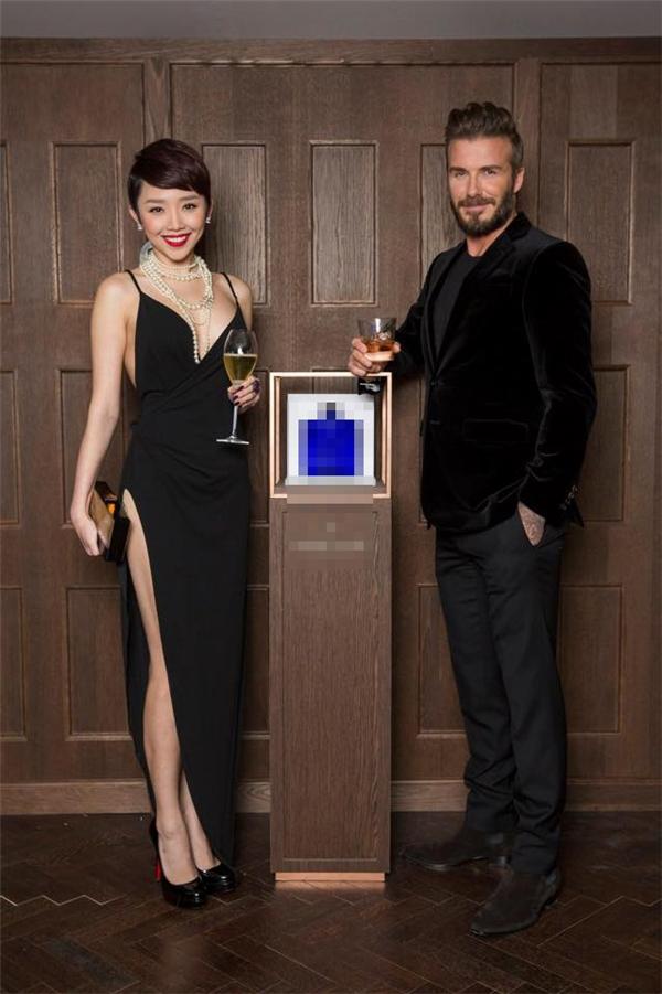 """Trong lần gặp gỡ David Beckham, Tóc Tiên khiến người hâm mộ """"phát sốt"""" khi diện bộ váy đen được cắt xẻ táo bạo. Sau đó, nhiều mĩ nhân Việt cũng cùng diện lại mẫu váy này. - Tin sao Viet - Tin tuc sao Viet - Scandal sao Viet - Tin tuc cua Sao - Tin cua Sao"""