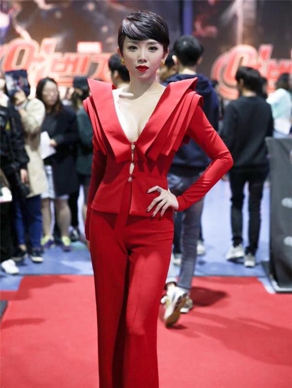 Trên thảm đỏ tại Hàn Quốc vào tháng 4, bộ vest với phần cầu vai dựng phom cầu kì vừa thanh lịch vừa gợi cảm giúp nữ ca sĩ nổi bật và thu hút bên cạnh những tên tuổi hàng đầu. - Tin sao Viet - Tin tuc sao Viet - Scandal sao Viet - Tin tuc cua Sao - Tin cua Sao