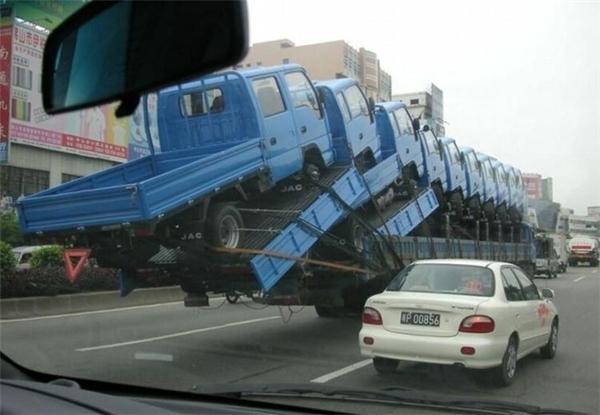 Xẻ tải chở hàng chục xe tải. (Ảnh: Internet)