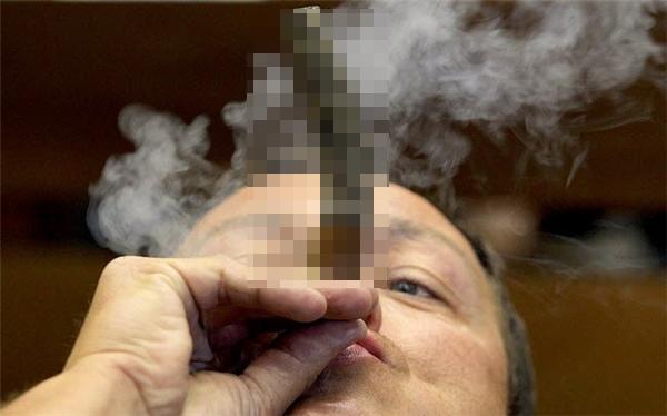 Người đàn ông tham dự cuộc thi giữ tại xì gà dài nhất tại một lễ hội xì gà ở Havana, Cuba.