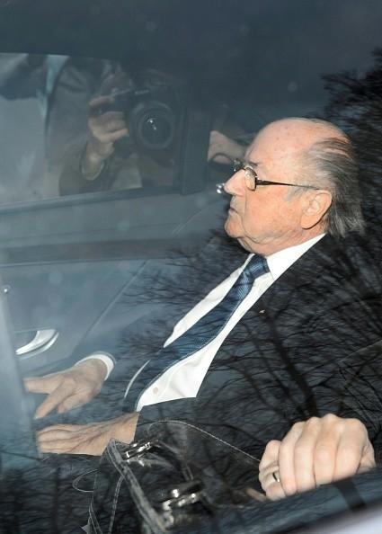 Ông Blatter đến trụ sở của FIFA ngày 17/12 cùng luật sư. Ảnh: Fabrice Coffrini/AFP/Getty Images