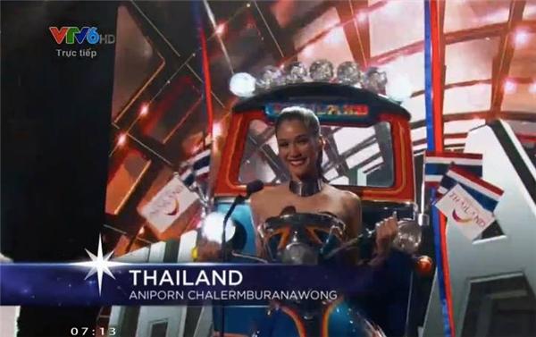 Đại diện Thái Lan với trang phục truyền thống lấy ý tưởng từ xe tuktuk. - Tin sao Viet - Tin tuc sao Viet - Scandal sao Viet - Tin tuc cua Sao - Tin cua Sao