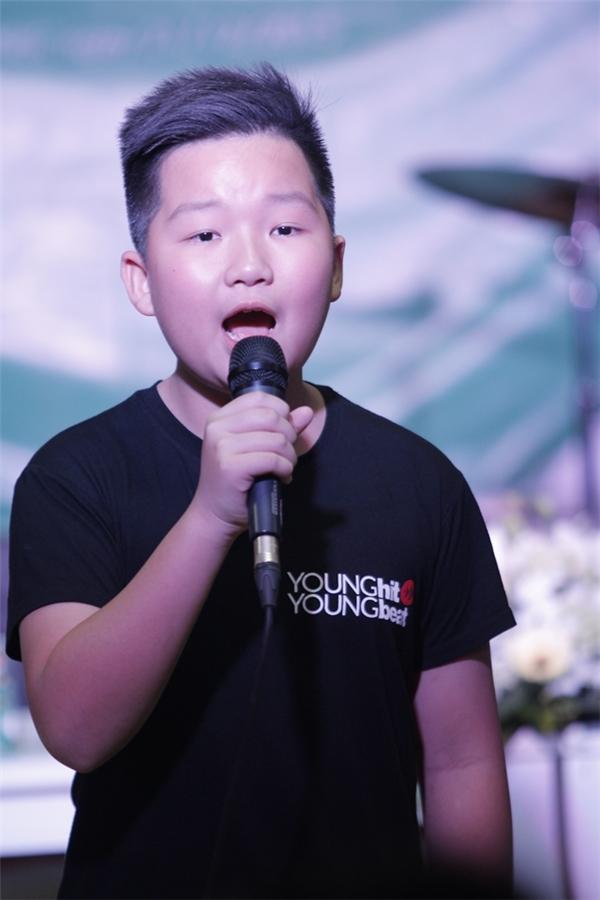 """Các giọng ca nhí thể hiện lại một ca khúc trong album.   Quán quân """"Young Hit Young Beat - Nhí Tài Năng 2015"""" Thùy Anh. - Tin sao Viet - Tin tuc sao Viet - Scandal sao Viet - Tin tuc cua Sao - Tin cua Sao"""