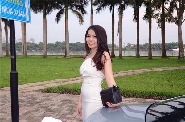 Chiếc váy trắng làm toát nên vẻ nữ tính củaM.BB. (Ảnh Internet)