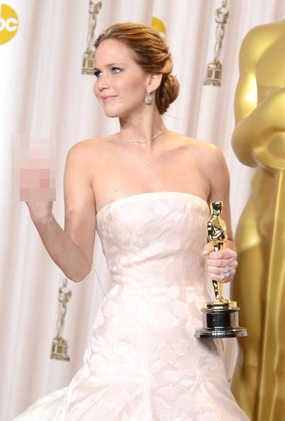 """Jennifer Lawrence giơ nhầm ngón tay """"thối""""sau khi được trao giải Oscar"""