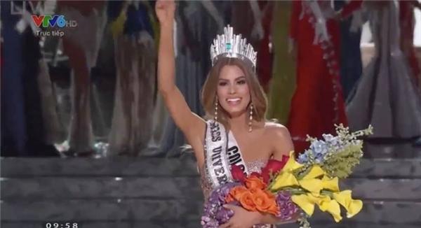 Ngôi vị Hoa hậu Hoàn vũ 2015 đã thuộc về đại diện Colombia. Tuy nhiên chỉ sau khoảng một phút, người đẹp này đã phải trao lại vương miện cho đại diện Philippines. Như vậy Colombia sẽ là áhậu 1. - Tin sao Viet - Tin tuc sao Viet - Scandal sao Viet - Tin tuc cua Sao - Tin cua Sao