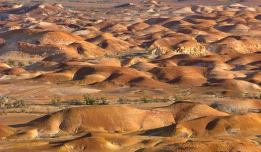 """Nằm ở phía nam nước Úc, Coober Pedy có nghĩa """"cái hố của người da trắng"""". Vào ban ngày, nhiệt độ bên ngoài lên đến 50 độ C, khiến người dân ở đây không thể sống được trên mặt đất. (Ảnh: Internet)"""