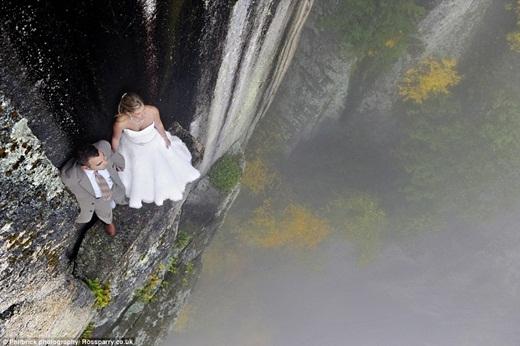 """""""Chúng tôi đã chuẩn bị rất nhiều để bảo đảm sự an toàn cho các cặp đôi. Cô dâu và chú rể sẽ được thả xuống vách núi cùng một lúc bằng dây chuyên dụng"""", Jay chia sẻ.(Ảnh: Buzzfeed)"""