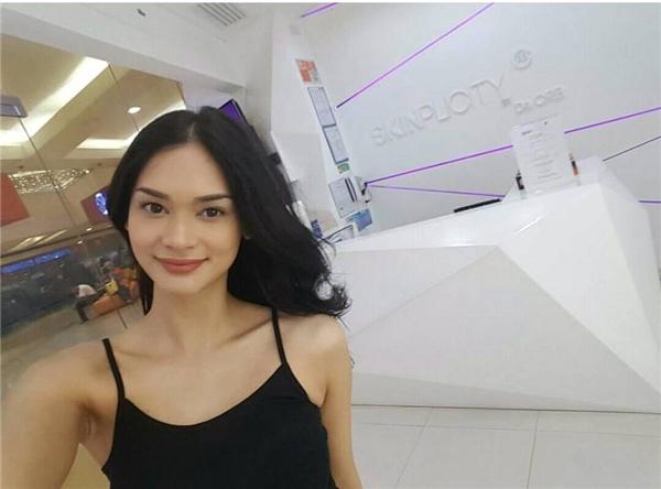 Năm nayPia Wurtzbach đã 26 tuổi và từng đăng quang Hoa hậu Hoàn vũ Philippines sau 3 lần thi đấu liên tiếp. Trong thời khắc đăng quang tại quê nhà,Pia vẫn nhận được không ít gạch đá bởi cô bị cho rằng không xứng đáng bằng một số ứng cử viên khác. Theo một số thông tin bên lề, thực tếPia Wurtzbach chỉ cao 1m68, thay vì 1m75 như trên hồ sơ chính thức của Hoa hậu Hoàn vũ.