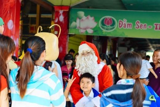 Các em nhỏ rất yêu thích, luôn vây quanh ông già Noel dễ thương.