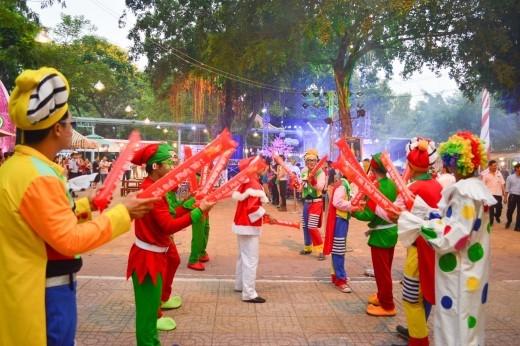 Nhiều chú hề xung quanh khu vực lễ hội để giao lưu, chụp hình và tặng quà cho các em thiếu nhi.
