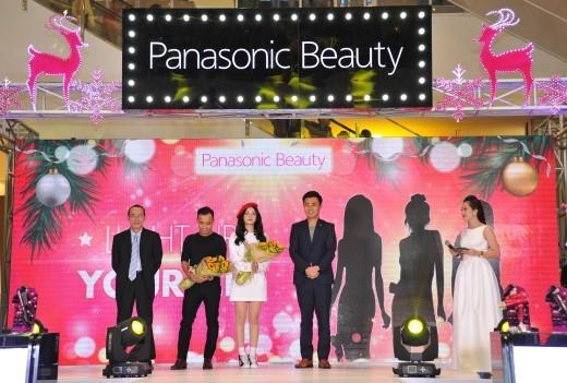 Chi Pu xuất hiện tươi tắn cùng đại diện nhãn hàng Panasonic.