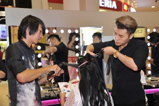Khách hàng đang trải nghiệm tạo kiểu tóc bởi các chuyên gia của Panasonic.
