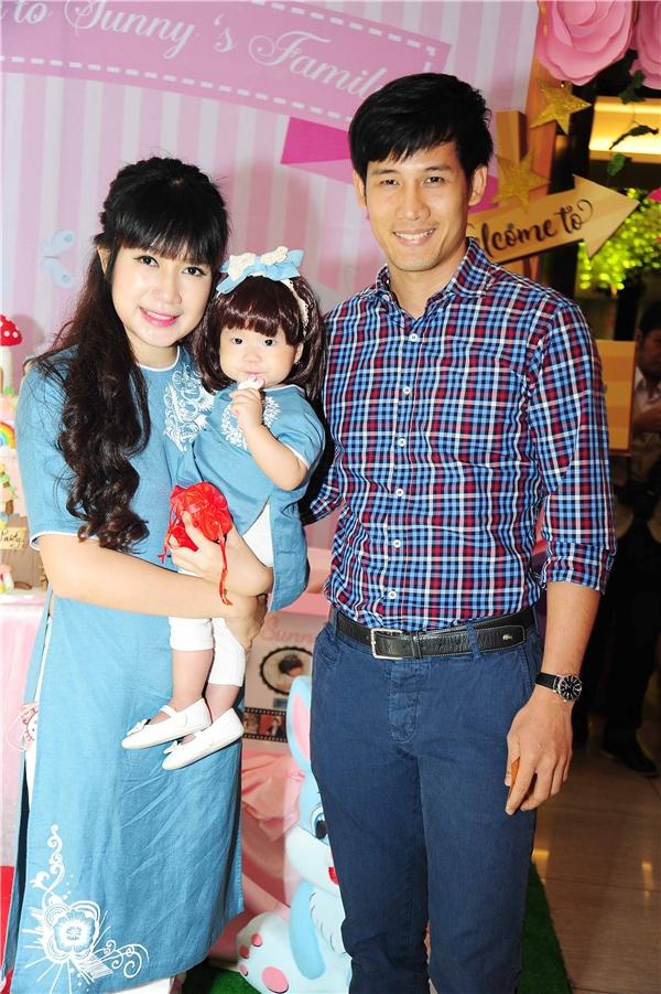 Nam diễn viên Thanh Thức cũng góp mặt tại buổi tiệc.   Diễn viên Quốc Thuận bên cạnh vợ và con gái - Tin sao Viet - Tin tuc sao Viet - Scandal sao Viet - Tin tuc cua Sao - Tin cua Sao