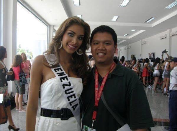 Người sáng lập Missosology - Ric Galvez khi tham gia tác nghiệp tại Hoa hậu Hoàn Vũ 2008. Ảnh: NVCC