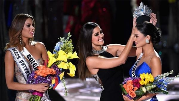 Hoa hậu Hoàn vũ 2014 Ariadna Gutierrez chúc mừng Hoa hậu Philippines trong sự hụt hẫng của người còn lại.