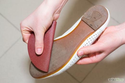 Đối với những đôi giày mới, dùng giấy nhám chà vào đế giày để tăng bộ bám, giảm nguy cơ trượt té. (Ảnh: Internet)