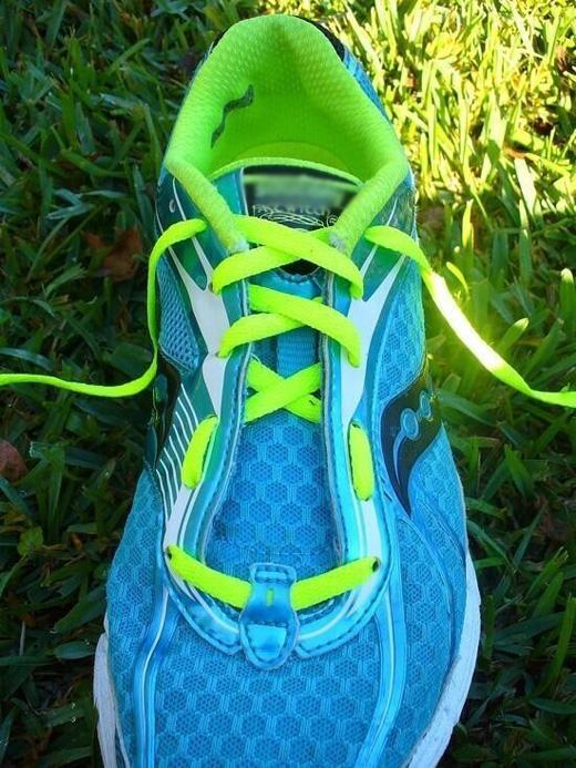 Bạn hãy thử kiểu thắt dây giày như thế này, nósẽ giúp chân thoải mái hơn. (Ảnh: Internet)
