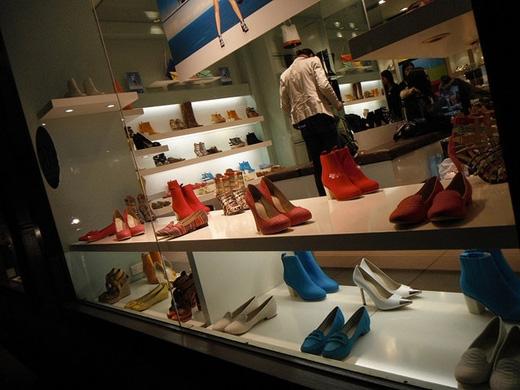 Để lựa chọn được đôi giày vừa chân, nên đi mua giày vào buổi chiều hay tối, vì đây là thời điểm chân to hơn đến nửa size. (Ảnh: Internet)