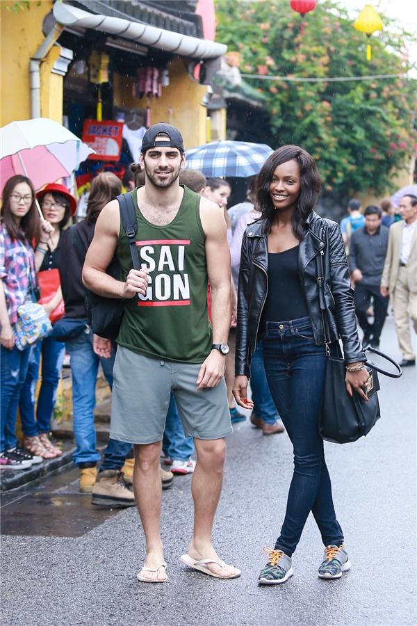 Dù phải di chuyển dưới mưa nhưng cả hai đều rất vui vẻ.