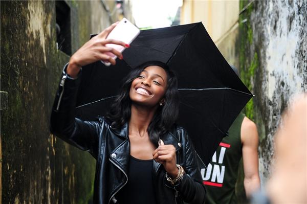 Thích thú trước cảnh vật xung quanh, Mameliên tục ghi lại hình ảnh trên đường phố Hội An.