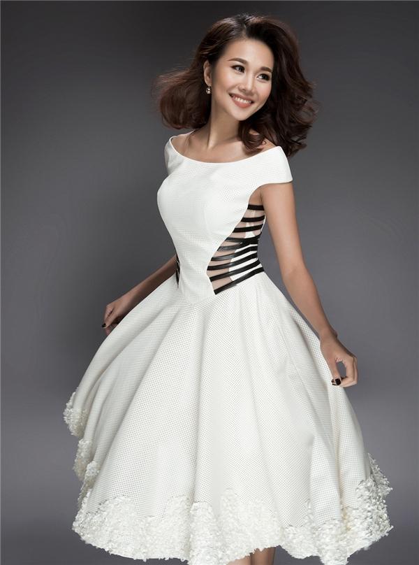 Phom váy xòe trễ vai kín đáo nay đã trở nên gợi cảm hơn nhờ chi tiết cut-out kết hợp chất liệu lưới ngay thắt eo.