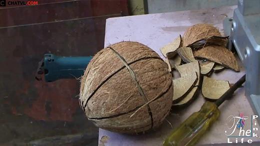 Cách cắt dừa khô lấy cả nước lẫn ruột lạ chưa từng có