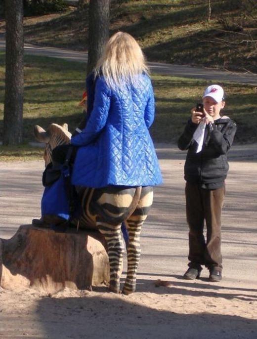 """""""Cô kia cưỡi ngựa selfie. Sao cô để lộ cái gì thế kia?"""" (Ảnh: Internet)"""